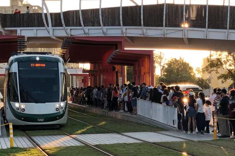 高雄市今年春節交通及重要景點人潮創下新高。(圖/高雄市政府提供)