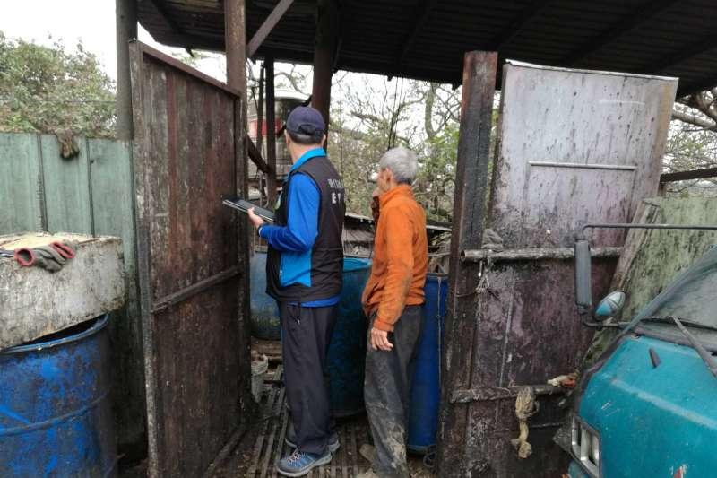 為防堵非洲豬瘟病毒入侵養豬業,推動廚餘養豬轉型,迄今仍有582場未轉型,農委會將請地方政府確實查緝、開罰。圖為環保署督察人員會同業者進行相關設備檢視。(取自環保署網站)