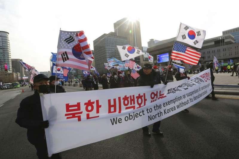 反對宣告韓戰終結、並且對北韓放鬆制裁的南韓民眾,在首爾街頭示威抗議。(美聯社)