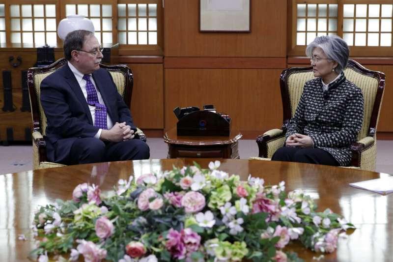 美方談判代表貝茲(Timothy Betts)與南韓外交部長康京和。(美聯社)