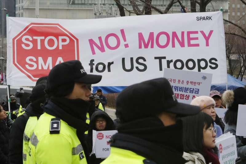 反對負擔駐韓美軍費用的南韓民眾在首爾街頭抗議。(美聯社)