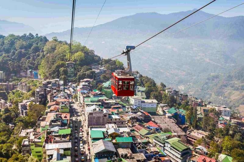 作者指出,喜馬拉雅山南麓的錫金邦,將成為全球最大的基本收入實驗所。(圖取自trip-savvy.com)