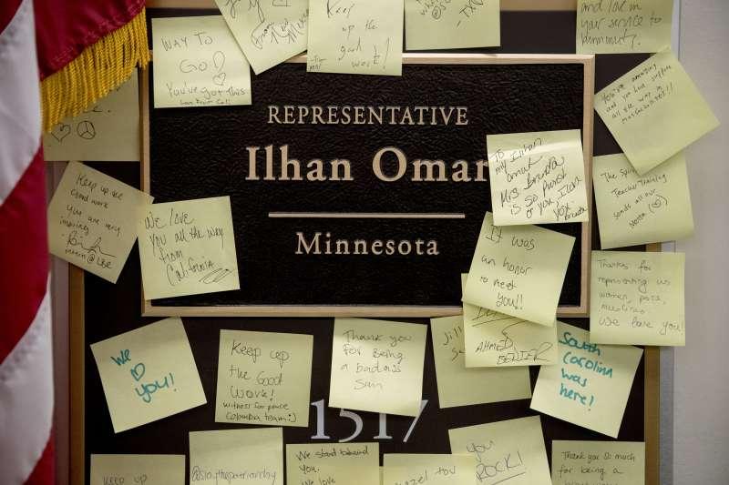 人們在歐瑪爾的辦公室外留下紙條為她打氣(美聯社)