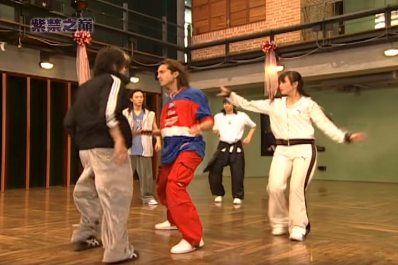 2004年台灣街舞風格偶像劇《紫禁之巔》,其中「隔空打架」一幕令人尷尬癌發作。(YouTube截圖)
