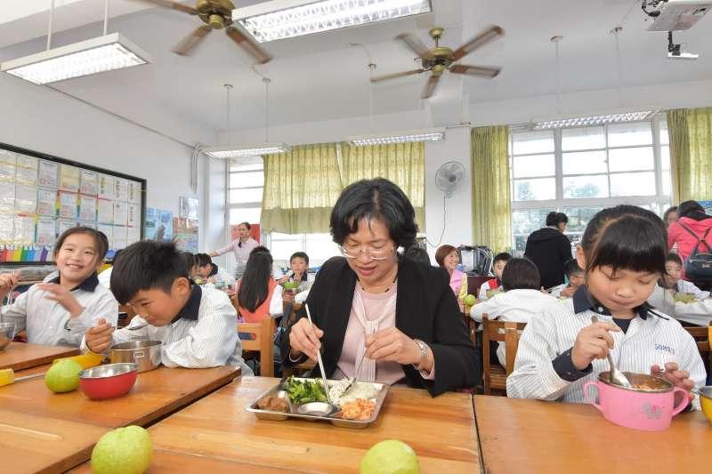 彰化縣持續推動免費營養午餐,彰化縣長王惠美與小朋友共進午餐,實際了解學童菜色。(圖/彰化縣政府提供)