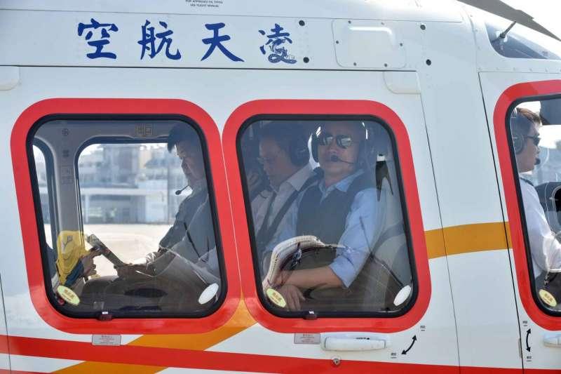 高雄市長韓國瑜搭13日乘直升機視察愛河,卻被空污嚇到,表示未來施政會以改善空污為最重要工作。(高雄市政府提供)