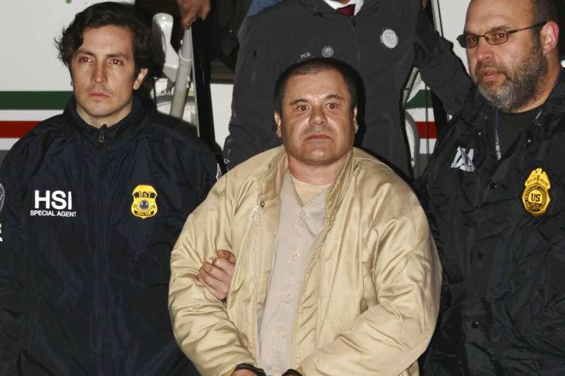 墨西哥毒梟古茲曼被押送,圖為2017年資料照。(AP)