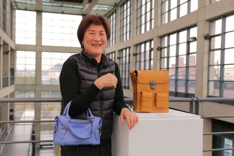 陶藝家高蓮秀笑著說,展出的作品都是自己的故事,除了很寫實,更蘊含著對陶藝的愛。(圖/新北市鶯歌陶瓷博物館提供)