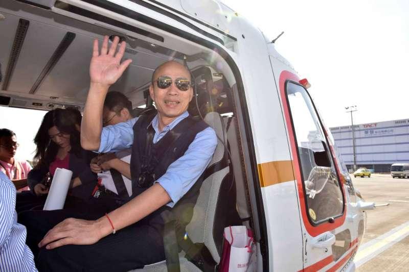 高雄市長韓國瑜市府團隊搭乘直升機視察愛河流域。 (圖/徐炳文攝)
