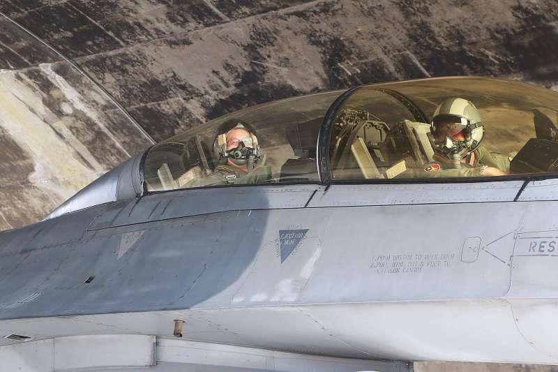 空軍司令部12日在臉書公布一組圖文,指出軍醫組上校組長江國超,為了解新式的「全覆式抗G衣」操作情況及防護效能,特別進行「飛行G力昏迷防禦訓練」。(取自空軍司令部臉書專頁)