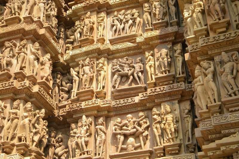 印度是一個保守的國家,寶萊塢電影中有親吻等親密畫面都可能引起爭議,但如此露骨的性愛雕像廟宇,讓外國人感到十分驚訝與好奇。(圖/維基百科)