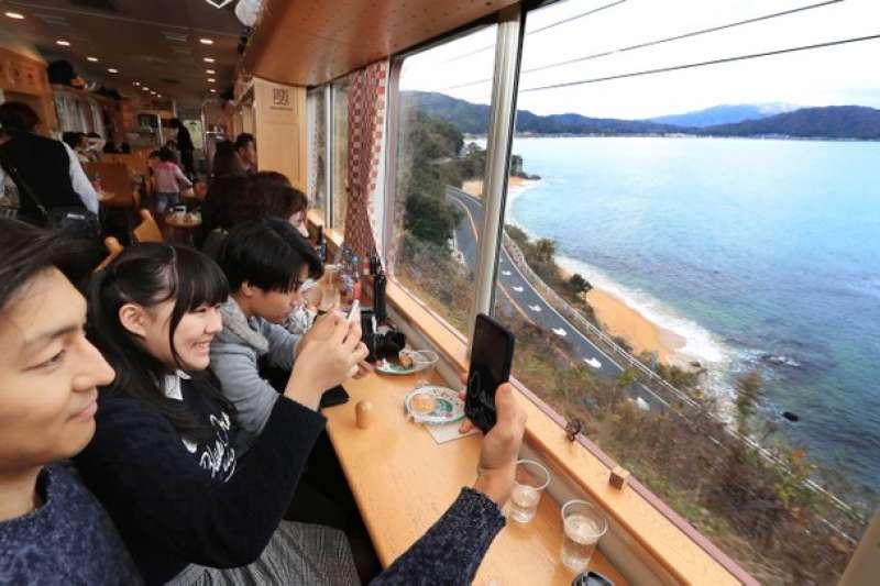 乘客們從丹後赤松號的車窗拍攝下絕景的照片。(圖/潮日本)