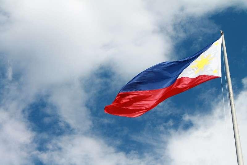 勞動部在桃園機場入境廳北長廊A4及A14版位刊掛1955勞工諮詢申訴專線燈箱廣告,將菲律賓國旗誤植為戰爭中的圖樣。圖為正常的菲律賓國旗,藍色在上,紅色在下。(取自titus_jr0@pixabay/CC0)