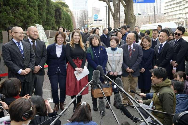 日本13對同性情侶於情人節提出訴訟,指現行法律制度違反憲法規定之婚姻自由。(美聯社)