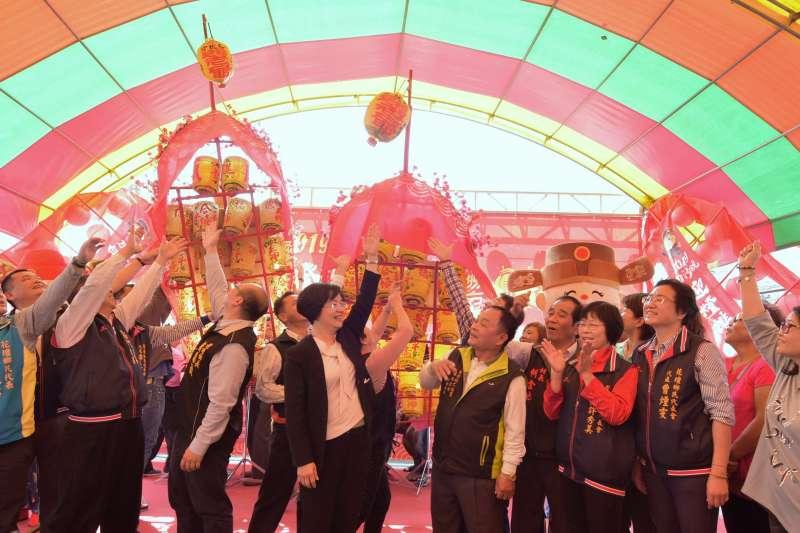 彰化白沙坑迎燈排記者會中,彰化縣長王惠美跟與會來賓一起舉燈排。(圖/彰化縣政府提供)