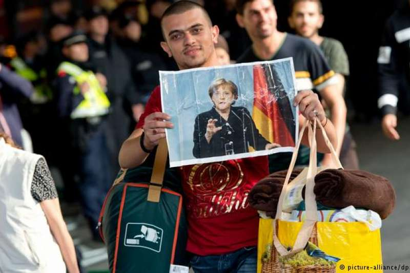 2015年抵達慕尼黑的難民手持一張默克爾的照片