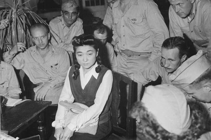 二戰時期日軍培養出一個神秘組織,她們不曾露面,卻用甜美的嗓音、幽默的口條把美軍迷得神魂顛倒,美國士兵也為這個組織取了一個響亮的美名—「東京玫瑰」。(圖/維基百科)
