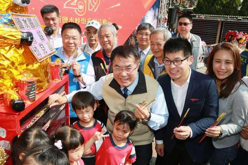 20190215-台南市長黃偉哲表示,鹽水蜂炮是台南一年一度的盛事,素來享有「北天燈,南蜂炮」的美譽,並邀請國內外遊客一同共襄盛舉。(台南市政府提供)