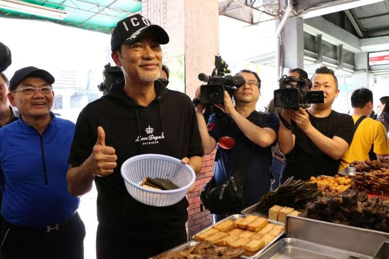 香港明星任達華至苓雅、鹽埕區享用虱目魚滷肉飯、阿囉哈滷味、樺達奶茶等在地小吃。(高雄市政府提供)