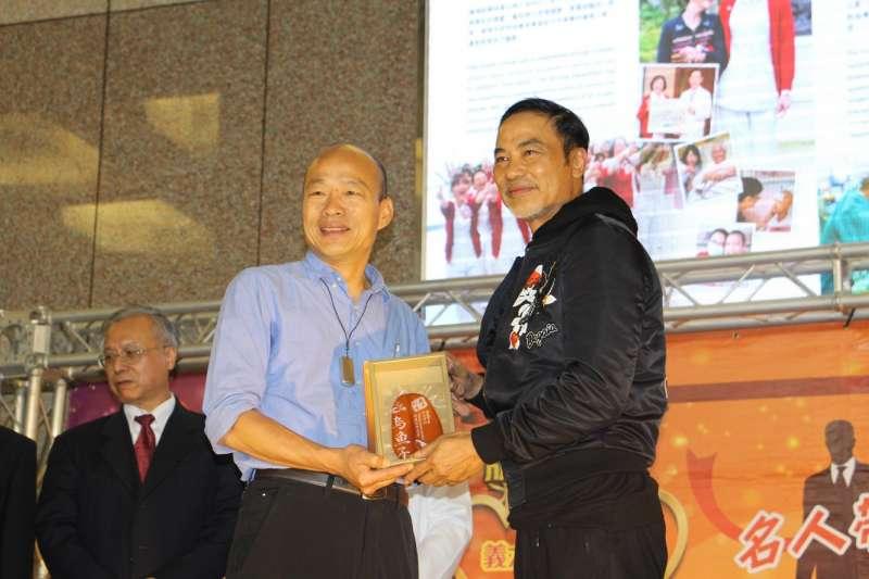 高雄市長韓國瑜(左)日前與香港演員任達華(右),出席在長庚醫院舉行的醫療觀光記者會。(資料照,高雄市政府提供)