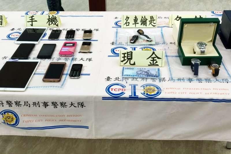 台北市警察局中山分局執行「第3波全國同步查緝詐欺提款車手專案」期間,共查獲詐欺案件39件、犯嫌59人,並查扣多樣贓物。(台北市警察局提供)