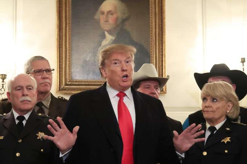 2019年2月14日,美國總統川普表明將宣布全國進入緊急狀態,修築美墨邊界隔離牆(AP)