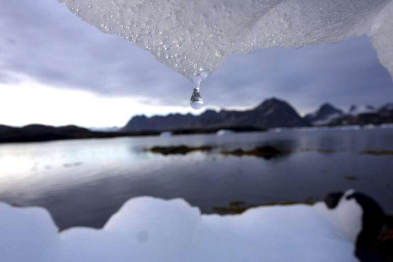 許多人認為冰山水是地球上最乾淨的水,收集冰山水的勞動成本高昂,這是冰山水相當昂貴的其中一個原因(美聯社)