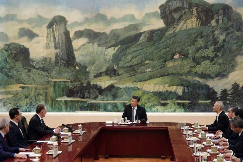 中國國家主席習近平15日下午會見美國貿易代表萊特海澤(左二)、美國財政部長馬努欽(左一)。(美聯社)