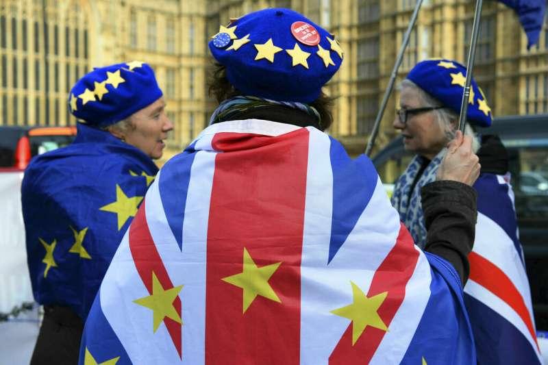 留歐派民眾披著歐盟與英國的二合一旗幟。(美聯社)