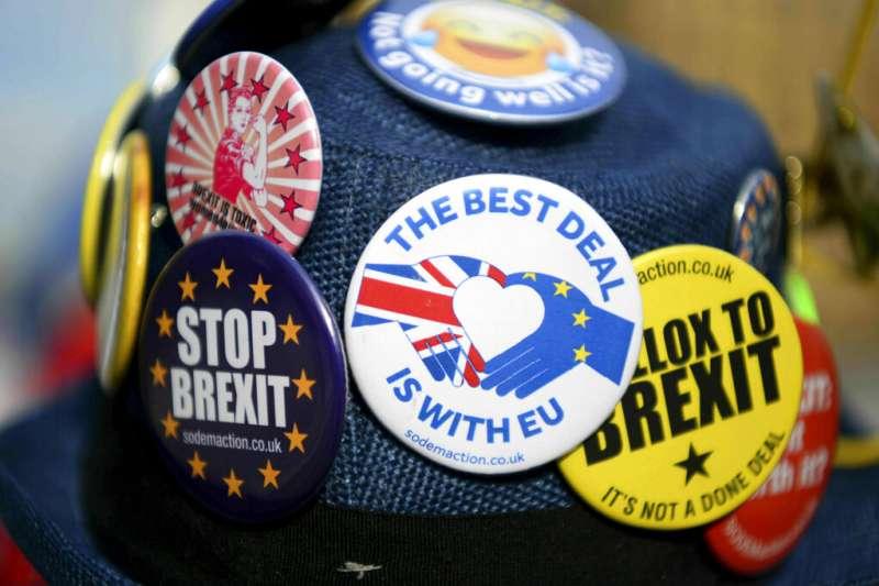 留歐派在各種徽章上都寫著「停止脫歐」。(美聯社)