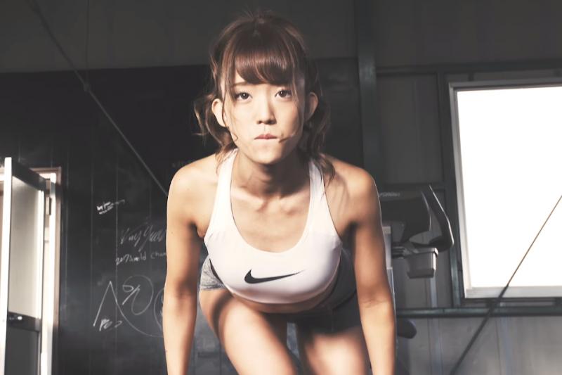 別再拿懶得出門當不運動的藉口啦!快學這3組居家肌肉訓練。(圖/取自youtube)