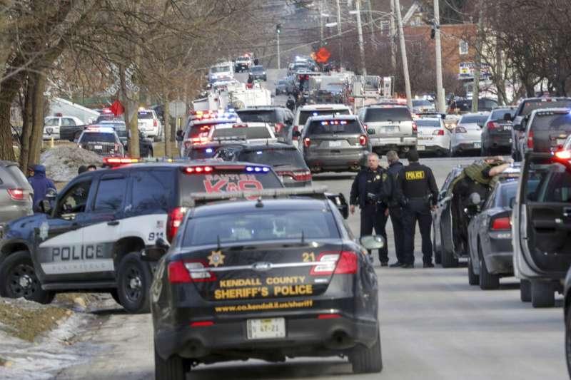 大批警車將工廠周遭道路擠得水洩不通。(美聯社)