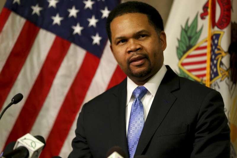 奧羅拉市市長歐文在記者會上批評美國槍枝暴力氾濫的現狀。(美聯社)
