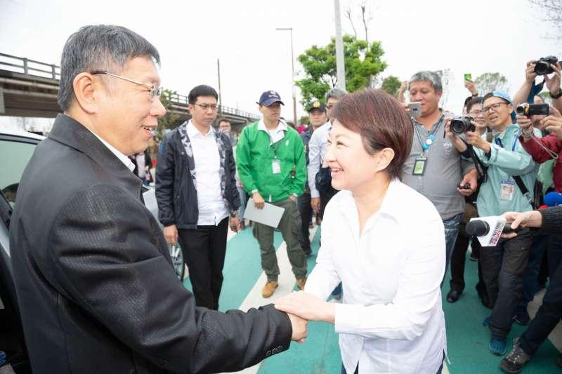 台北市長柯文哲(左)16日在下午在台中市長盧秀燕(右)的陪同下參觀花博,盧秀燕表示感謝柯文哲前來加持花博。(台北市政府提供)