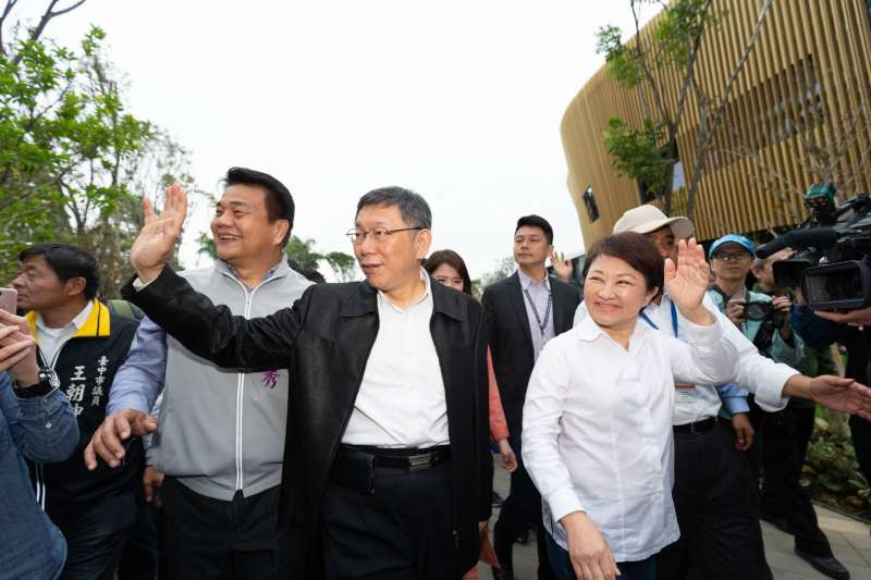 台北市長柯文哲16日台中發表專題演講,表示「台灣自己要夠強,有多少實力做多少事情」。圖為在柯文哲下午在台中市長盧秀燕的陪同下參觀花博。(台北市政府提供)