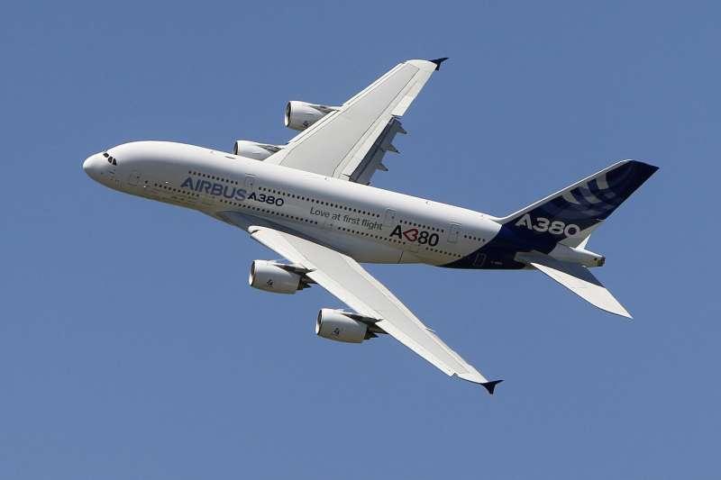 星宇航空董事長張國煒說,因省油、巡航速度、機師養成等考量,選擇購買17架空中巴士,來快速擴展機隊。圖為空中巴士A380巨無霸客機。(資料照,美聯社)