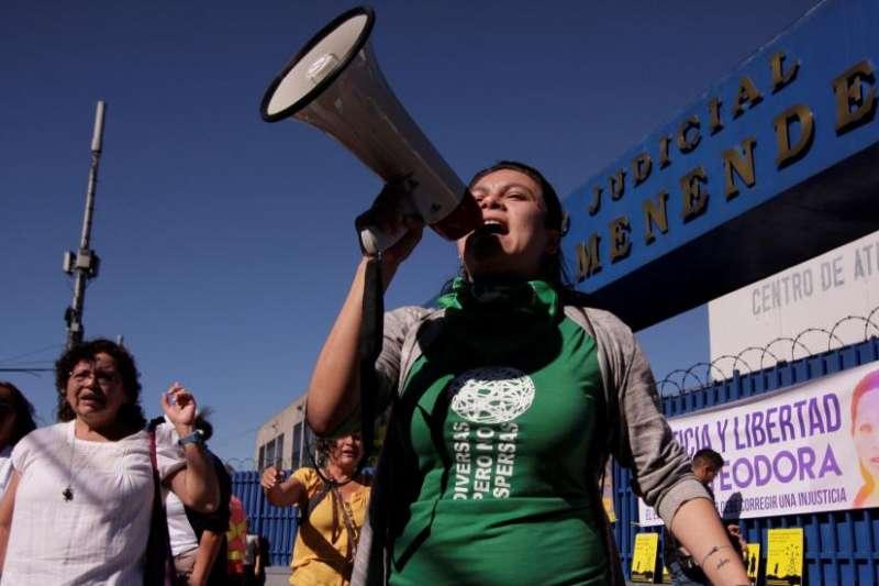 2017年12月13日,薩爾瓦多婦女在首都聖薩爾瓦多法院外抗議,要求釋放那些因為墮胎或疑似墮胎而坐牢的婦女(美聯社)