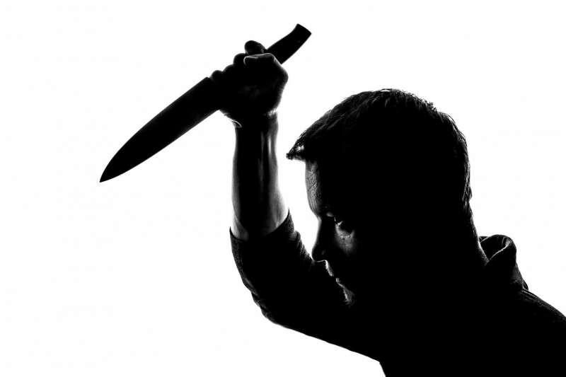 女子在飯店房間被殺,胸口插了一把刀,三個目擊證人看到一名男子曾手握女子胸口上的刀,但兇手卻另有其人...。(pixabay)