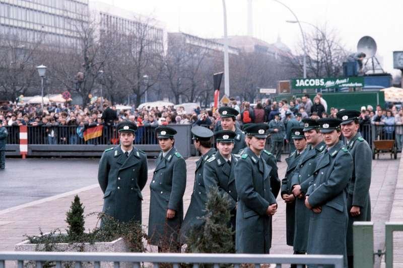 1989年,東德警察。(wikipedia/public domain)