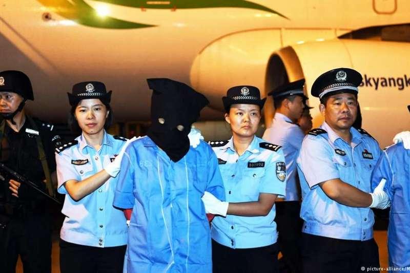 西班牙電信詐騙案219名台嫌中,3人去年被引渡中國。現在又傳有2人將遭引渡。家屬認為,200多人在西班牙未起訴被關押超過2年,有違反人權之虞,送去中國又擔心無法公平審判。台嫌回家受審之路迢迢。(DW)