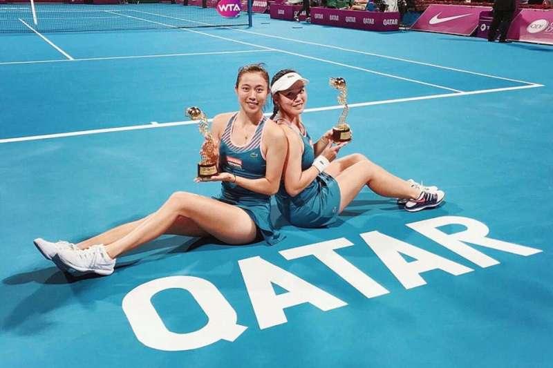詹皓晴(左)與詹詠然聯手奪下卡達公開賽女雙冠軍,這是姐妹花今年第二冠。(圖取自詹皓晴粉絲頁)
