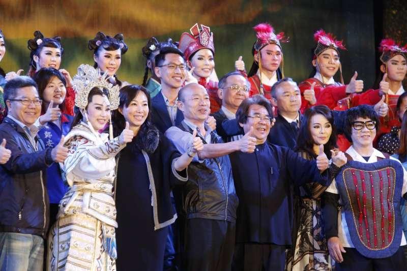 高雄市長韓國瑜(前左四)和妻李佳芬(前左三)出席明華園戲劇總團大戲高雄花燈活動。(新新聞郭晉暐攝)