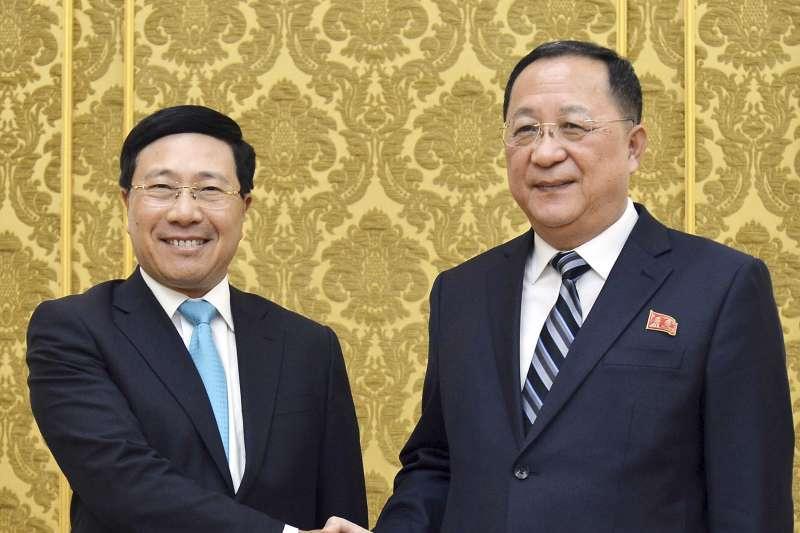 2019年2月11日,越南副總理兼外長范平明(左)訪問平壤,會晤北韓外相李勇浩(AP)