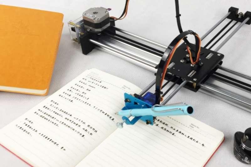 網路上出現一款「寫字機器人」,可以模仿各式字跡,被學生網購來幫忙趕作業,騙得家長團團轉。(圖/翻攝自淘寶網,智慧機器人網提供)