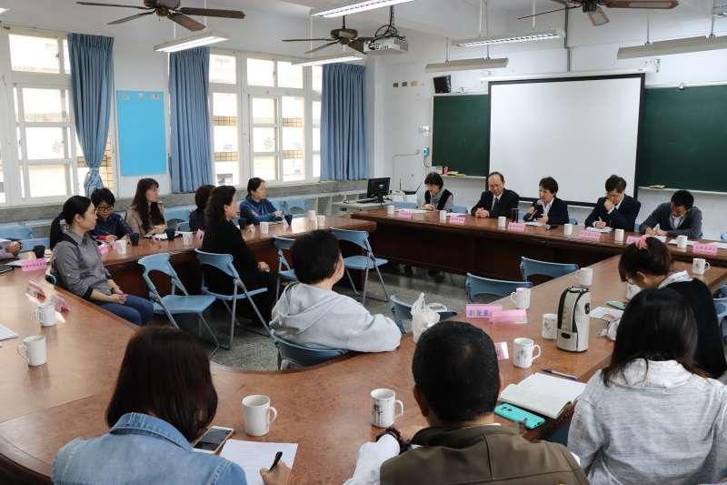 台中市長盧秀燕率教育局正副局長前往該校視察了解處理狀況。(圖/台中市政府提供)
