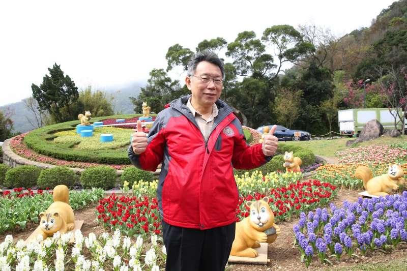 台北市長柯文哲17日出席陽明山花季,在開幕式前與官員談混有關北市杜鵑花種植情形時失言爆粗口。(取自台北市政府網站)