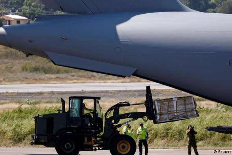 目前美國已在周六(2月16日) 將好幾噸的物資送抵委哥邊境,而另外兩批物資也預計將在本週一(2月18日) 與週二(2月19日) 送抵巴西與庫拉索的物資中心。瓜伊多團隊表示這些物資將透過空運與海運抵達各處。