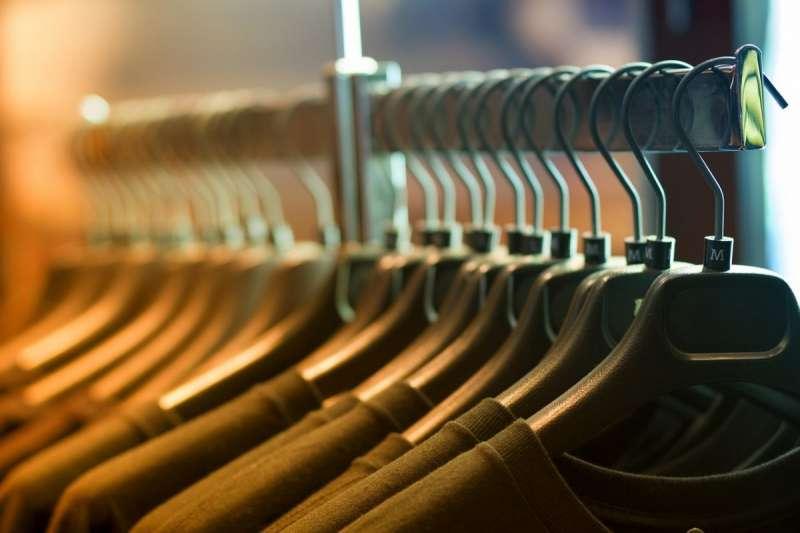 其實有時候不是你的衣櫥太小,也不是你的東西太多,是沒有用對衣服收納的技巧!今天就來跟大家分享「衣服收納大撇步」!(圖/Boxful任意存提供)