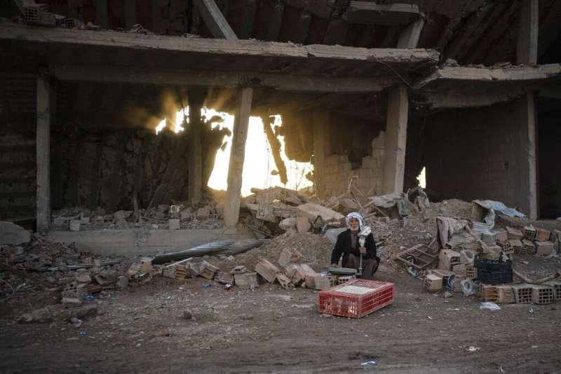 敘利亞東部城鎮哈金(Hajin)被「敘利亞民主軍」收復後,當地也出現賣雞商販的身影。(美聯社)