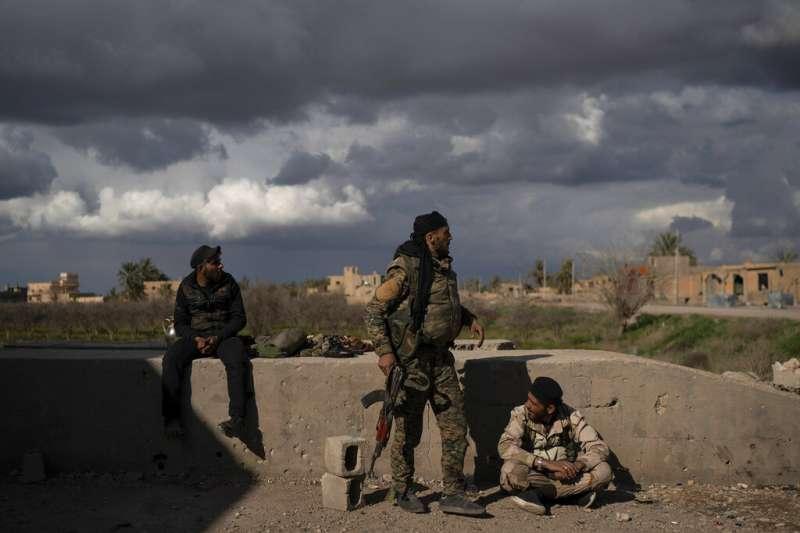 「敘利亞民主軍」的戰士在巴古茲鎮圍剿「伊斯蘭國」在敘利亞境內的殘存勢力。(美聯社)